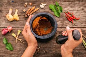 pasta de curry vermelho moída em um pilão
