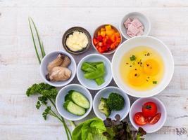 ingredientes frescos de omelete em tigelas foto