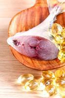 peixe cru com pílulas de óleo de peixe