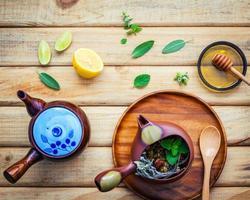 jogo de chá com ingredientes frescos