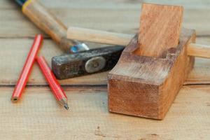 avião de carpinteiro e martelo foto