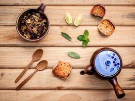 bule de chá de ervas com vista superior de ervas frescas