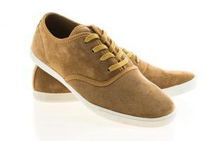 sapatos de couro em fundo branco