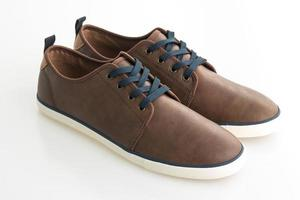 sapatos de couro em fundo branco foto
