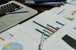 close-up de gráficos em uma mesa