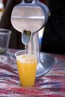 espremendo suco de laranja fresco foto