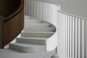 escada curva branca prédio de escritórios estilo moderno foto