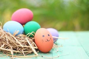 ovos de páscoa em um ninho em um fundo de madeira