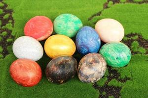 ovos de páscoa em um fundo de grama