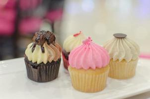 cupcakes em um prato foto