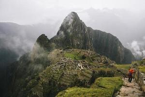 jovem em Machu Picchu no Peru