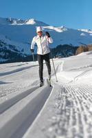 um homem esquiando cross-country