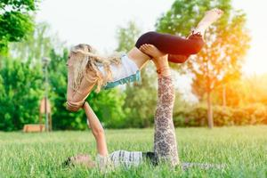 casal praticando acroyoga no parque foto