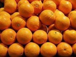 close-up de frutas frescas de laranja no mercado foto
