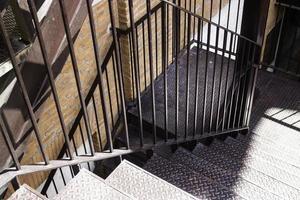escada fora de um edifício moderno