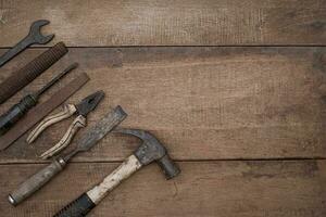 coleção de ferramentas manuais antigas para trabalhar madeira em uma bancada de madeira rústica foto