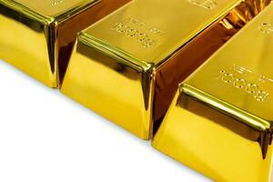 close up de barras de ouro brilhantes de 1 kg em um fundo branco