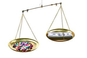 escalas com remédio de um lado e notas de dinheiro dos EUA do outro em um fundo branco, conceito caro de tratamento médico