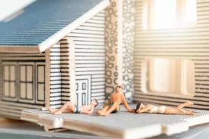 pessoas em miniatura que ficam em casa fazendo auto-quarentena para evitar o coronavírus, conceito de ficar em casa
