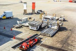 caminhão de reboque de avião e escada perto de aeronaves na pista do aeroporto