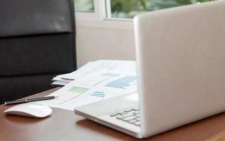laptop em um escritório foto