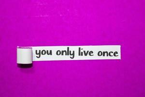você só vive uma vez texto, inspiração, motivação e conceito de negócio em papel rasgado roxo foto