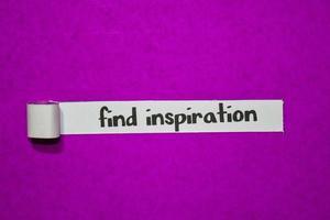 encontre texto de inspiração, inspiração, motivação e conceito de negócio em papel rasgado roxo foto