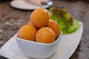 bolas de queijo em uma tigela foto