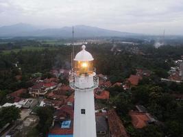 Banten, Indonésia, 2021 - vista aérea da paisagem do pôr do sol do farol Sea Rock foto