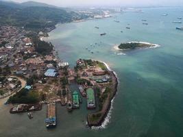 Banten, Indonésia 2021 - vista aérea do porto marinho Pelabuhan Merak e da ilha do porto da cidade foto