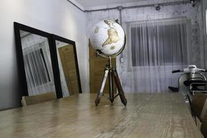 globo vintage em cima da mesa