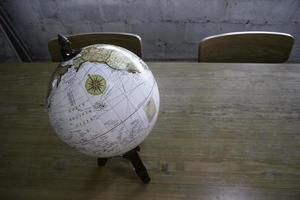 globo vintage em cima de uma mesa foto