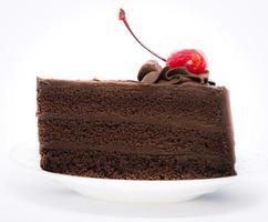 Bolo de chocolate com cereja no topo foto