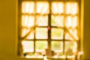 fundo desfocado de sol quente da manhã através da janela foto
