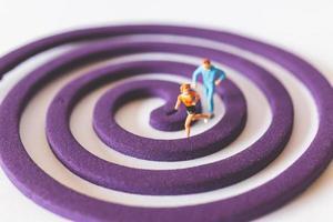 casal em miniatura correndo em um campo circular roxo