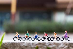viajantes em miniatura com bicicletas no parque, conceito de estilo de vida saudável foto