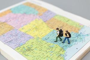 casal em miniatura apaixonado andando de moto, conceito de aventura e férias foto