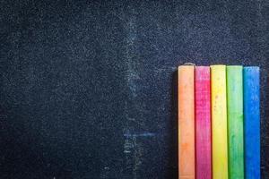 linha de giz colorido do arco-íris em um quadro negro