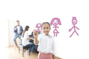 garota desenhando com os pais no fundo