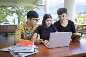 três adolescentes frequentando uma escola remota foto