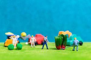 agricultores em miniatura colhendo vegetais, conceito de agricultura foto