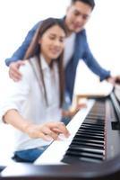 casal tocando piano juntos