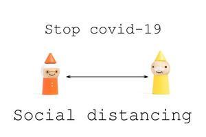 pare de covid-19 texto de distanciamento social com pessoas em miniatura em um fundo branco, conceito de distanciamento social foto