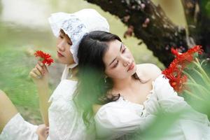 duas mulheres e flores vermelhas