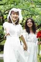 duas mulheres em vestidos brancos