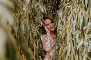 mulher posando contra folhas
