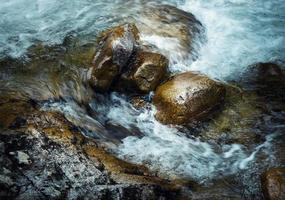 ondas nas rochas