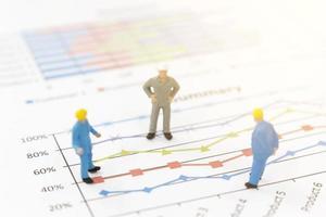 Empresários em miniatura em um gráfico