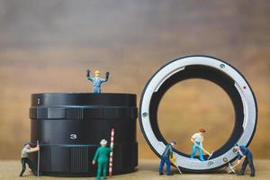 miniatura trabalhando na verificação do tubo, conceito de serviço de conserto de encanamento foto