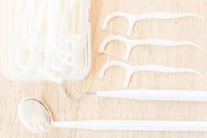 uma caixa de fio dental branco sobre um fundo de madeira